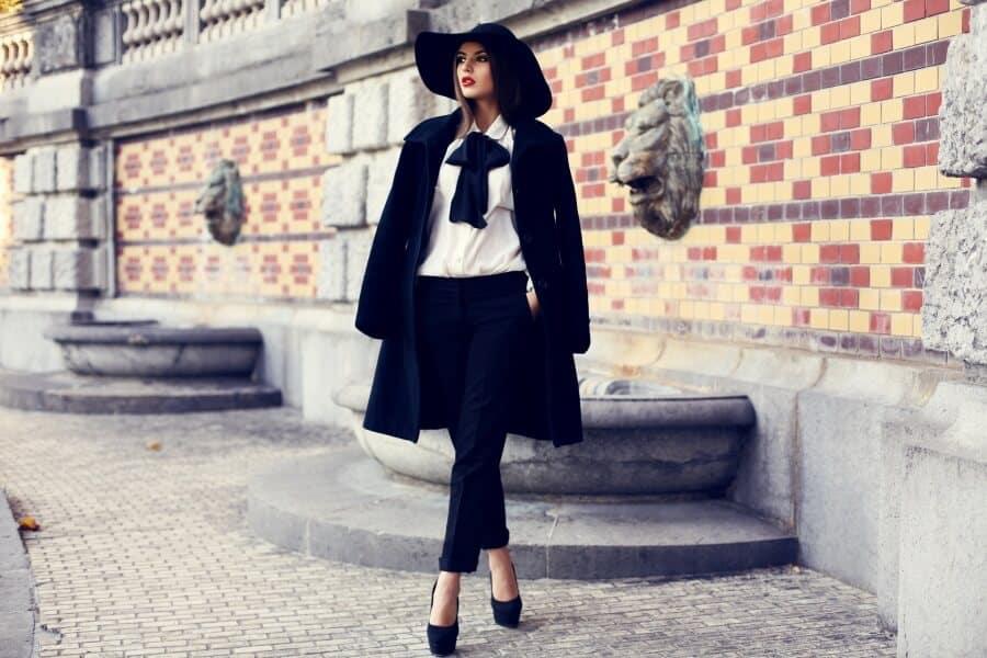 schwarzer knielanger Mantel