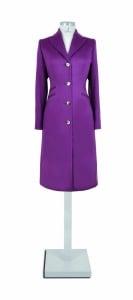 violetter langer Mantel
