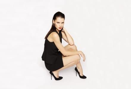 Model mit schwarzem knielangem Kostüm