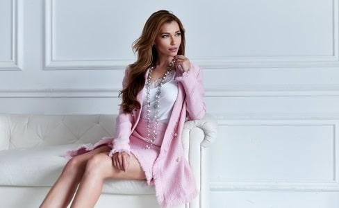 Model mit pinkem Kostüm